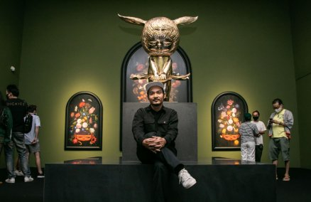 "Alex Face poses for a photo at his most recent exhibition ""Monument of Hope."" Credit: fb.com/bangkokcitycity"